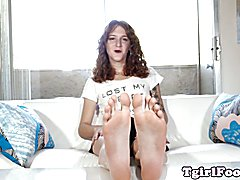 Bigfeet tranny amateur flexing her long toes