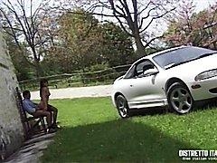Bellissima trans in autoreggenti incubata all'esterno appoggiata all'auto